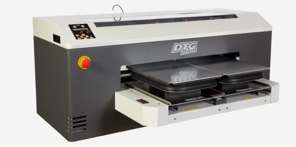 Ilyen méretű nyomtatás esetén egyszerre csak 1 pólót tudunk felhelyezni a  tálcára. Képes a fehér nyomtatásra (ha minden igaz 3 fehér csatornája van). 82b444dfb0